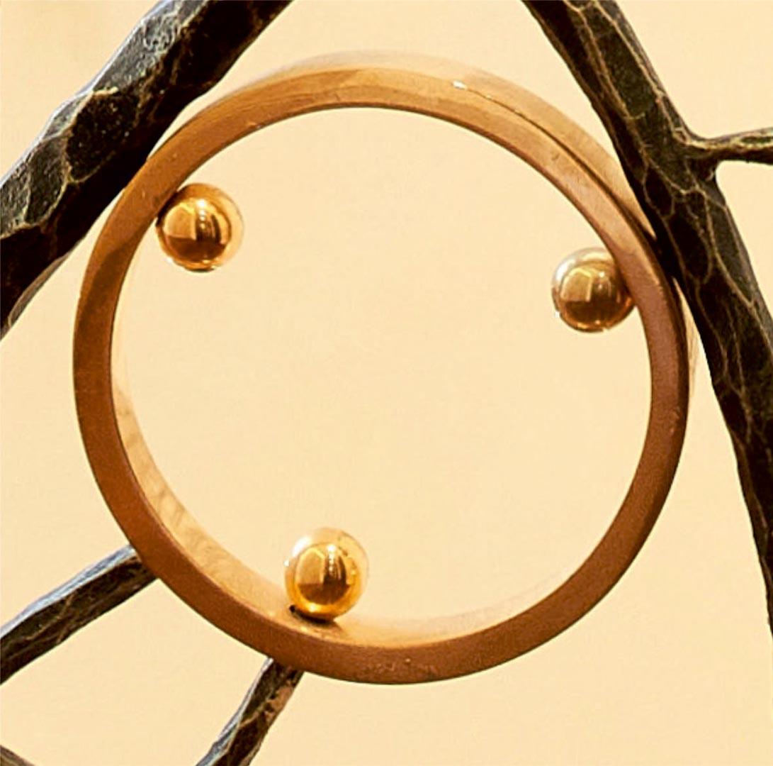 Kaldintas plienas, dažyta, turėklų detalės dengtos ausku, žalvarinis poliruotas bronza porankis.