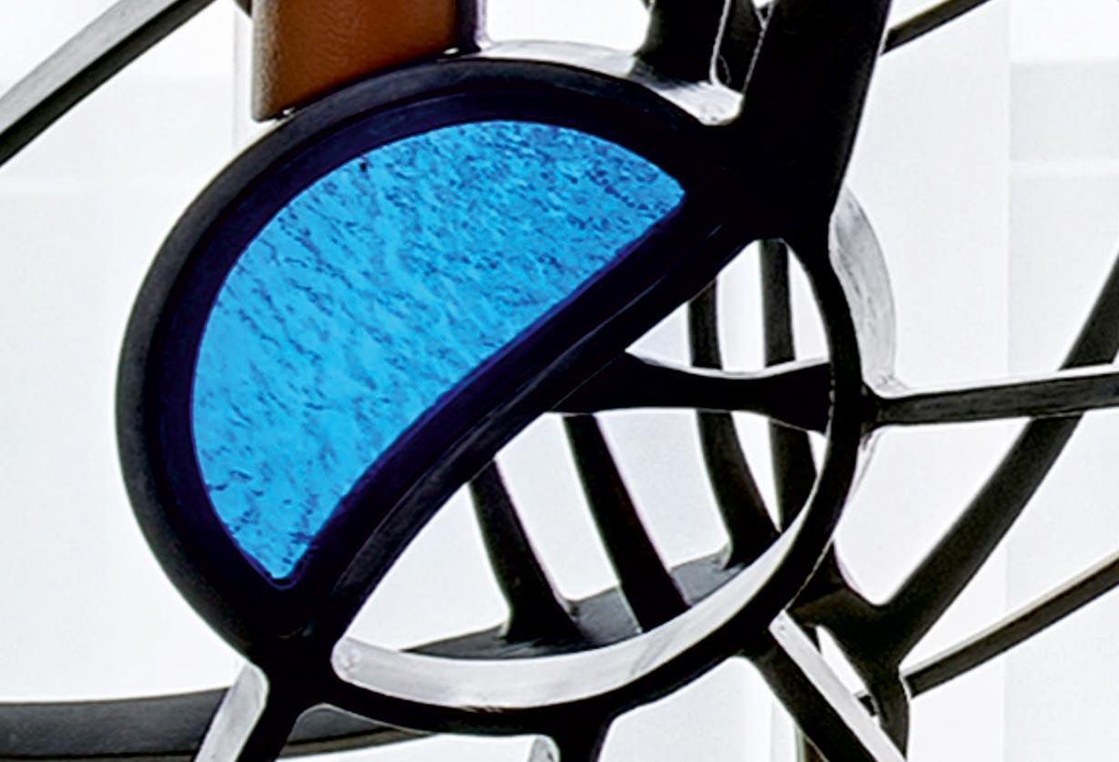 Kaldintas plienas, dengta patina, inkrustuota vitražais, porankis dengtas natūralia oda.
