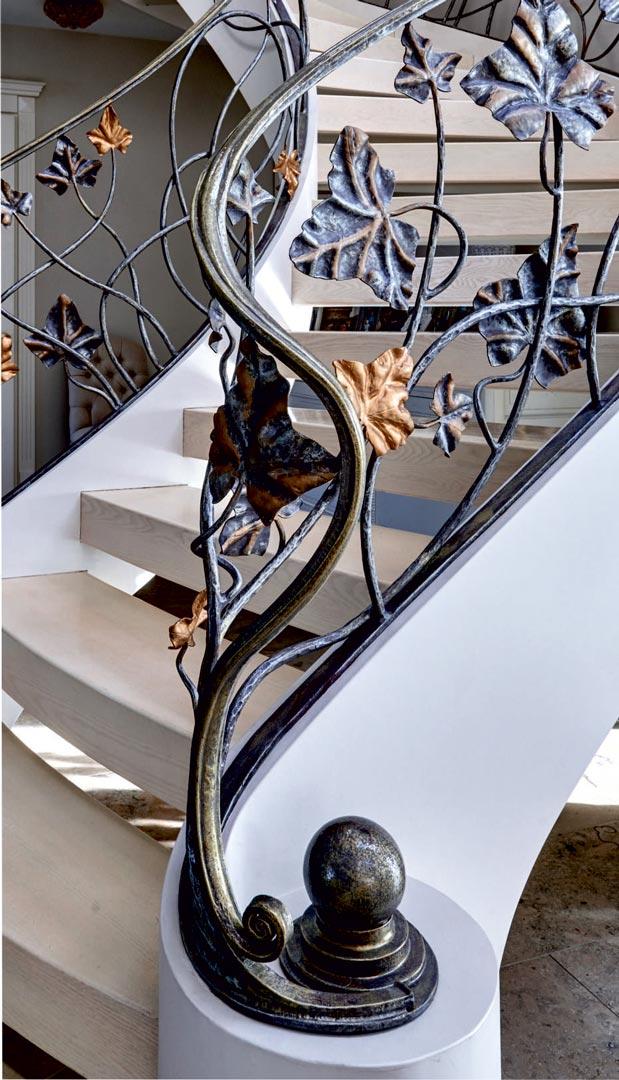 Metalo konstrukcijos laiptai, dažyti kaldinto plieno turėklai, metalinis dažytas porankis.